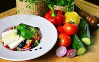 Из каких ингредиентов готовится приправа для греческого салата?