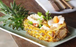 Приготовление салата курица с ананасами и чесноком