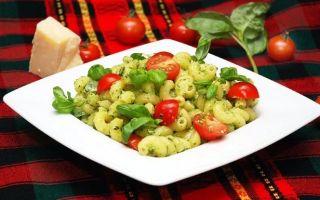 Традиционное итальянское блюдо – макароны с базиликом