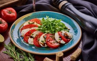 Моцарелла с помидорами и базиликом: изысканный легкий вкус
