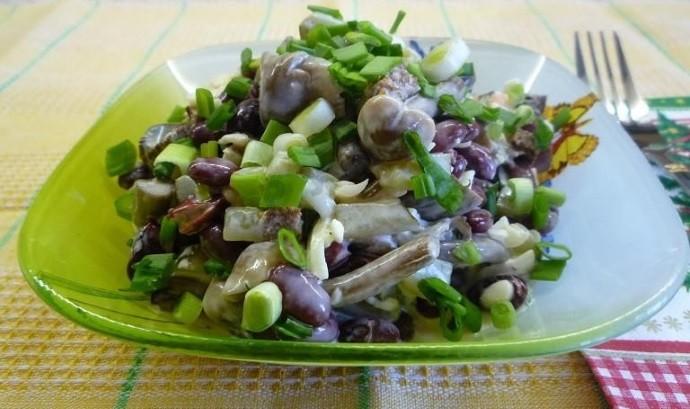 Салат с чесноком и фасолью