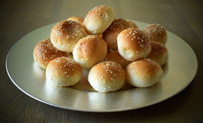 Как приготовить воздушные булочки с кунжутом