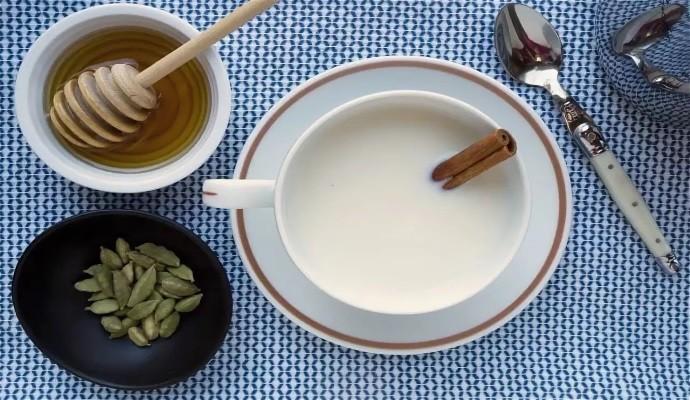 Молоко, кардамон, мед