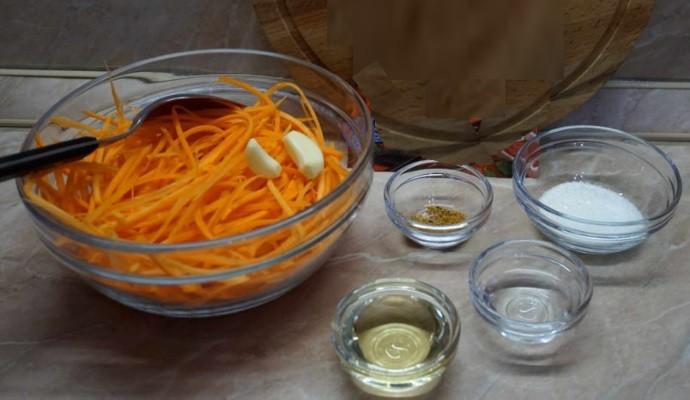 Зубчики чеснока в салатнике
