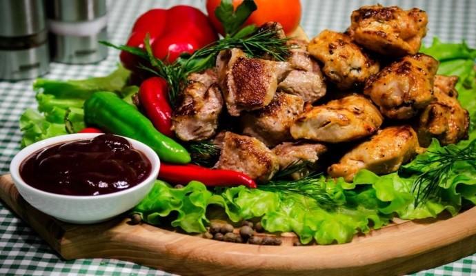 Шашлык на салате