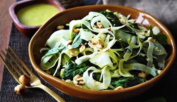 Свежая зелень в салате