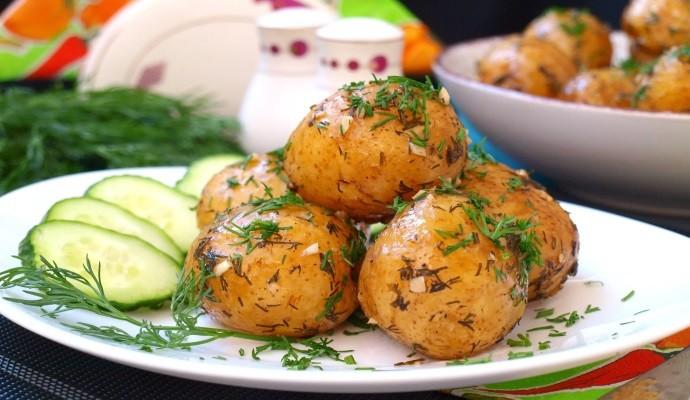 Картошка с маслом и огурцами