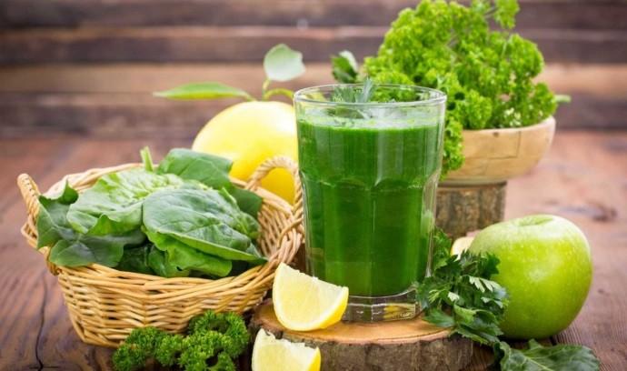 Зелень и фрукты на столе