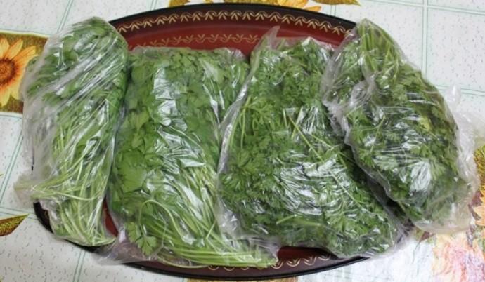 Пучки зелени в пакетах
