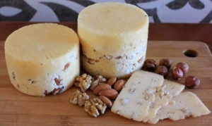 Сыр с пажитником и орехом