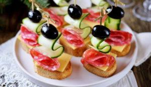 Канапе с колбасой сыром и оливками