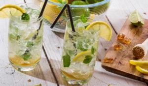 Напиток с лимоном и льдом