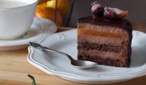Шоколадное пирожное с джемом